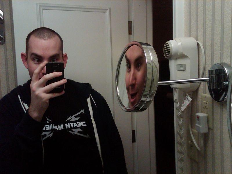 Смешные картинки зеркало, отражение, прикол, сам себя, фоткает