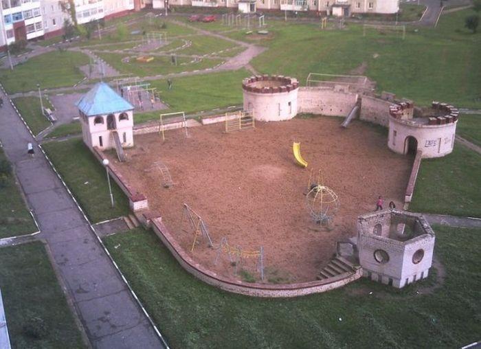 Фото прикол двор, детская площадка, игровая площадка, крепость