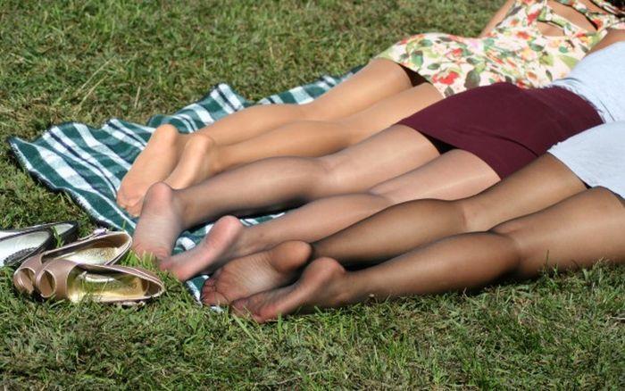 Отпадные фотки девушки, загорают, лежат, ножки