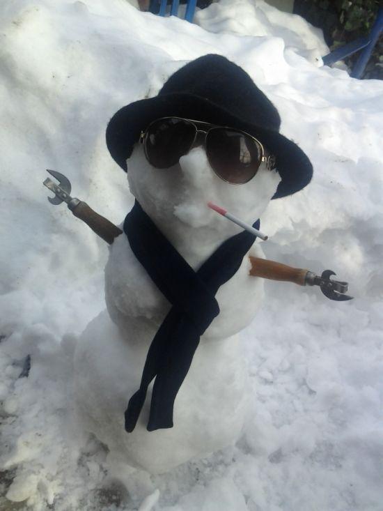 Фото прикол открывашка, сигарета, слепили из снега, снеговик, шляпа
