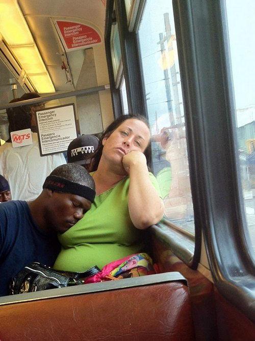 Свежий фотоприкол женщина, заснул, общественный транспо, темнокожий