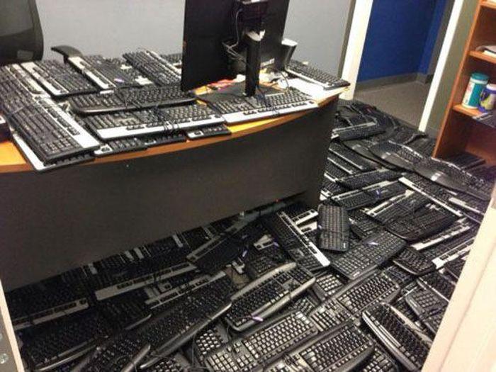 Юмор клавиатура, рабочее место, хлам
