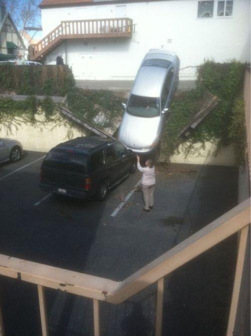 Прикол машина, прикол, припарковала, снес забор