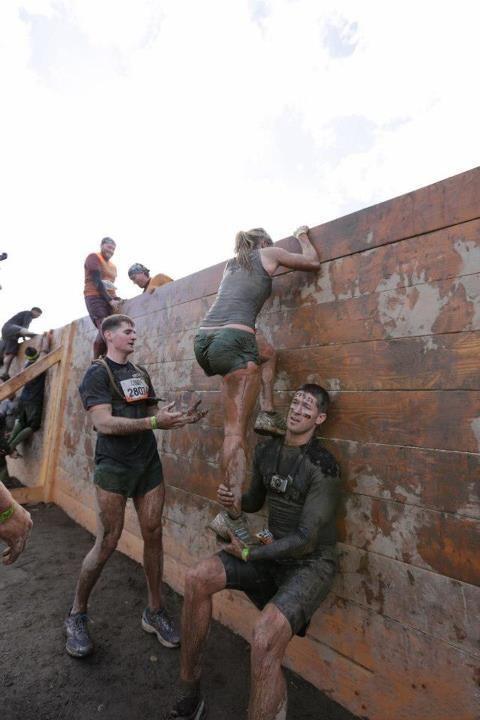 Фотоприкол онлайн бесплатно армия, девушка, карабкается, солдаты, учебка