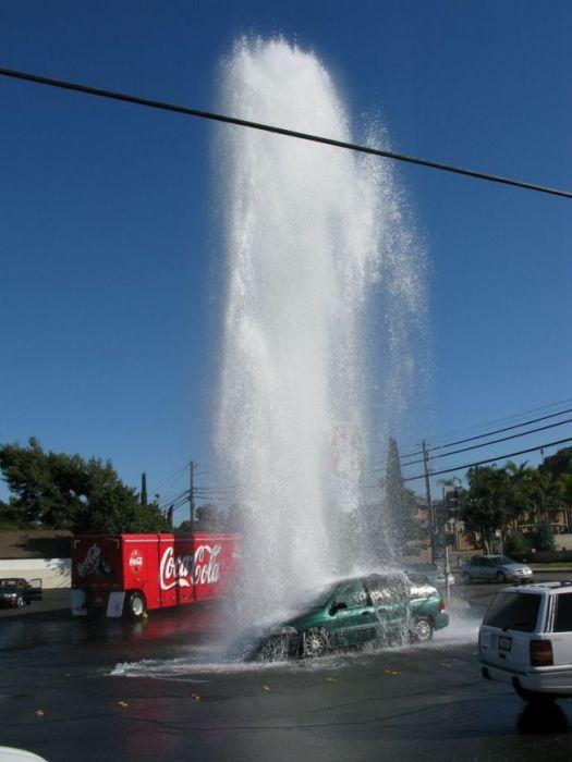 Свежий фотоприкол гейзер, жесть, залил водой, испортил авто