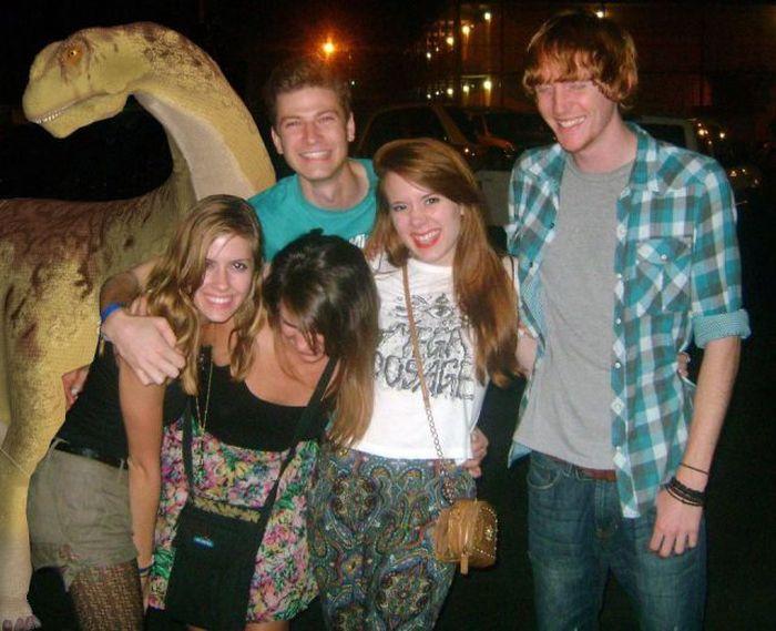 Фотоприкол девушки, динозавр, друзья, прикольная фотографи