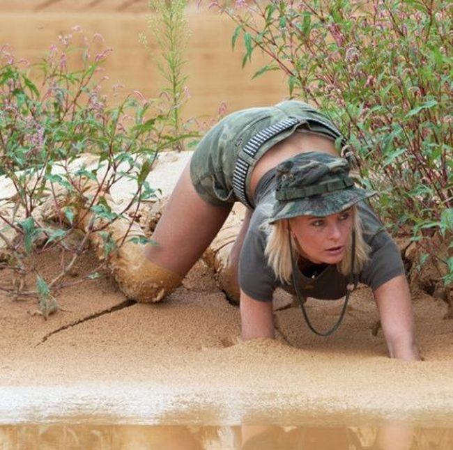 как голые девушки валяются в грязи