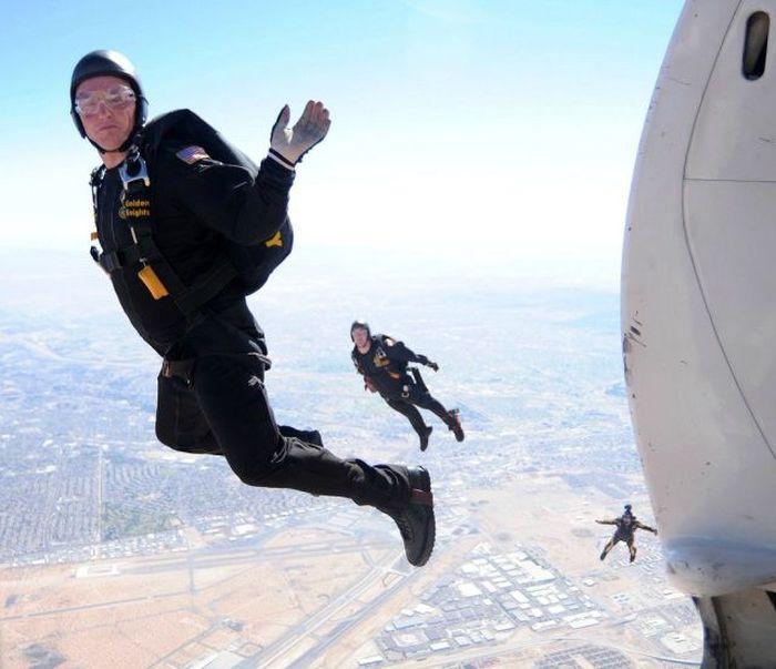 Крутые фотки в воздухе, вид сверху, мужики, прыжок с парашютом