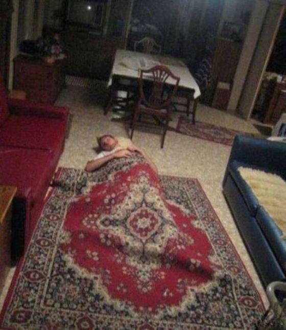 Фотка на полу, под ковром, пьяный, укрылся