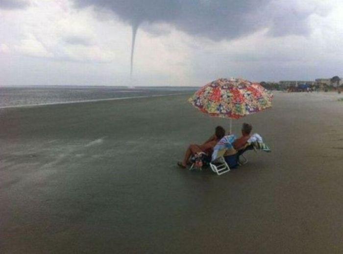 Смешные рисунки на море, смерч, торнадо, ураган