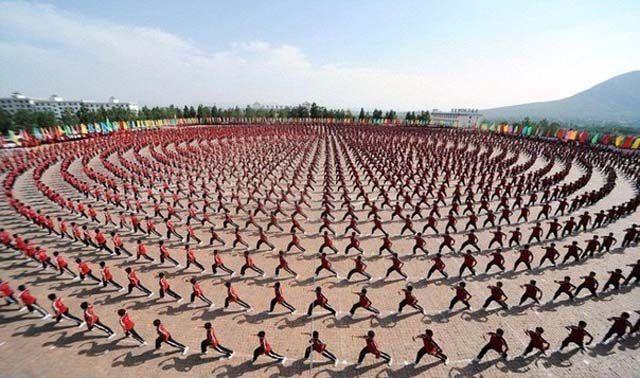 Фотоприкол бесплатно китайцы, куча народу, площадь, синхронно