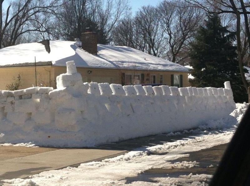 Новые фото забор, прикол, слепили из снега. уг