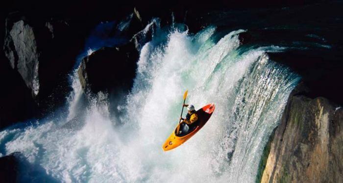 Фотожесть байдарка, водопад, красота природы, прыжок