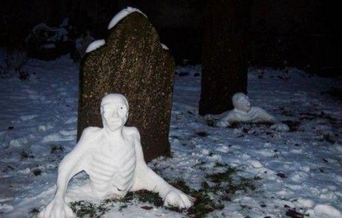 Прикол картинка кладбище, могилы, скульптуры из снега, слепили