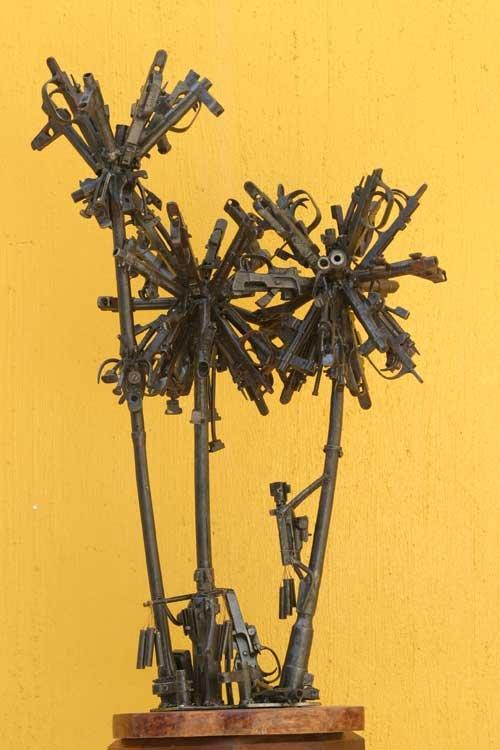 Мебель из оружия (12 фото)