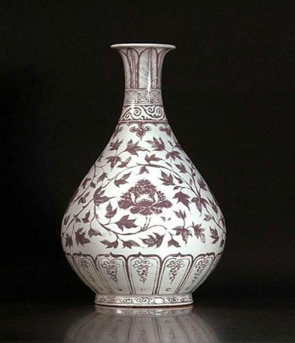 В 2006 году на нью-йоркском аукционе Sotheby's китайская фарфоровая ваза середины XIV века ушла с молотка за 4,72 миллиона долларов. В последний раз она появлялась на публичном аукционе в 1993 году: тогда ее купили за 1,2 миллиона долларов. Сравнительно небольшая (34 сантиметра) ваза является образцом классического стиля Юань, в котором преобладала кобальтово-синяя подглазурная роспись по белому фону. Стоит отметить, что это единственный сохранившийся экземпляр подобного рода.