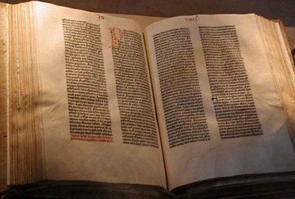 В мире существует огромное количество раритетных книг, однако, пожалуй, самой редкой является знаменитая Библия Гуттенберга: первая печатная книга появившаяся в 1456 году. Существует несколько сот копий той самой Библии, однако самый первый экземпляр в двух томах - если отыщется - будет стоить коллекционеру антикварных книг порядка 20-25 миллионов долларов. О чем говорить, если одна страница этой книги уходит с молотка за 25 тысяч долларов, а за проданный в прошлом году один из томов двухтомника - не первого издания - некто раскошелился на 5,5 миллионов!