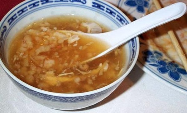 Одно из самых редких и экзотических блюд на планете - знаменитый китайский суп из ласточкиных гнезд. За 400 лет, прошедших со дня изобретения блюда, оно подорожало в разы: бульон из гнезда морских стрижей-саланганов может обойтись гурманам в сумму до 10 тысяч долларов.