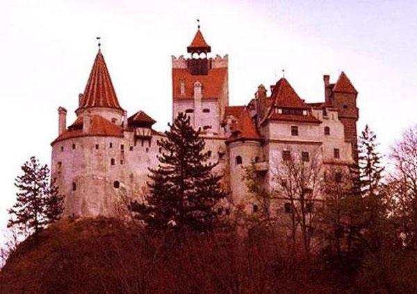 Древнейшая и редчайшая недвижимость, выставленная на продажу - замок в Трансильвании, знаменитый тем, что в нем предположительно жил граф Дракула, реальный прототип известного литературного персонажа. Рыночная стоимость замка приближается к 135 миллионов долларов.