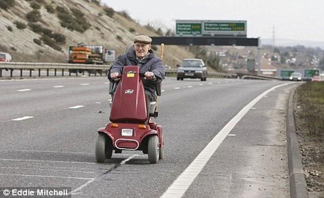 90-летний старичок на автостраде (3 фото)
