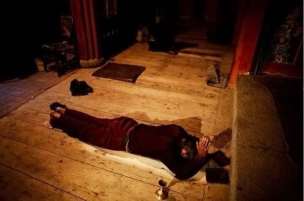 Монах 20 лет молился на одном месте (7 фото)