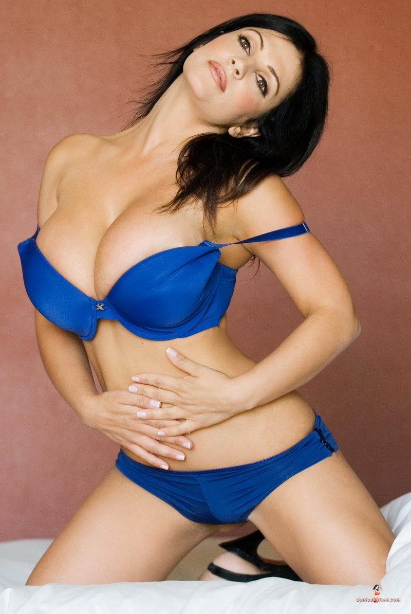 Модель Denise Milani (30 фото)