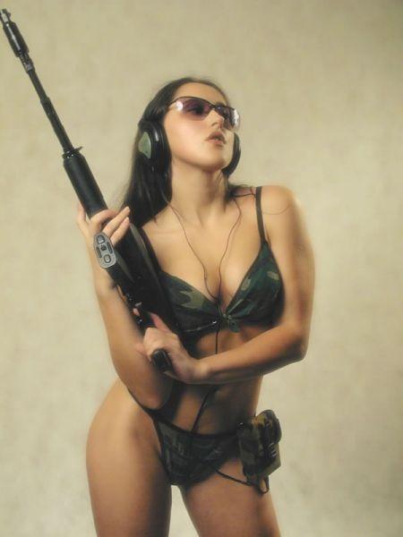Секси девушки с оружием