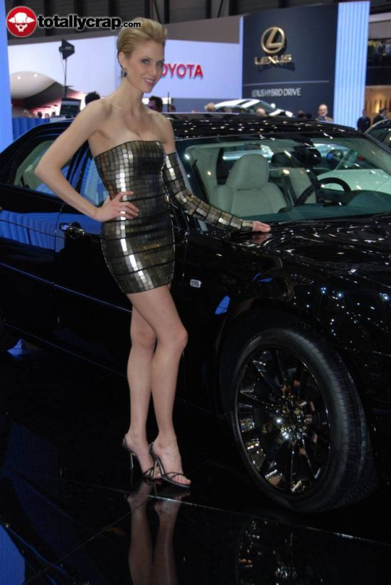 танцы в прозрачной одежде на автовыставках