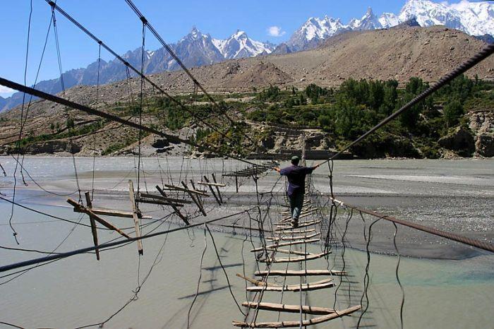 Смертельный мост в Пакистане (6 фото)