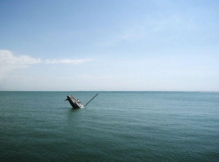 Затонувшая яхта (9 фото)
