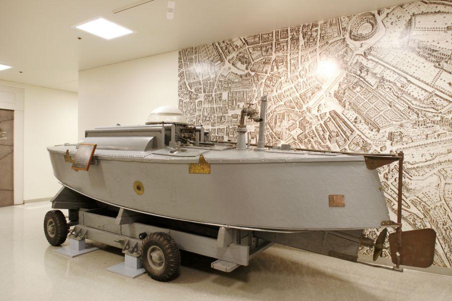Шпионская лодка образца 1950 года. Без вооружения, она могла транспортировать двух человек, находясь в полупогруженном состоянии. Обычно на такой лодке высаживались с большого корабля и проникали на территорию, на которую обычные корабли не могли пройти из-за размеров.