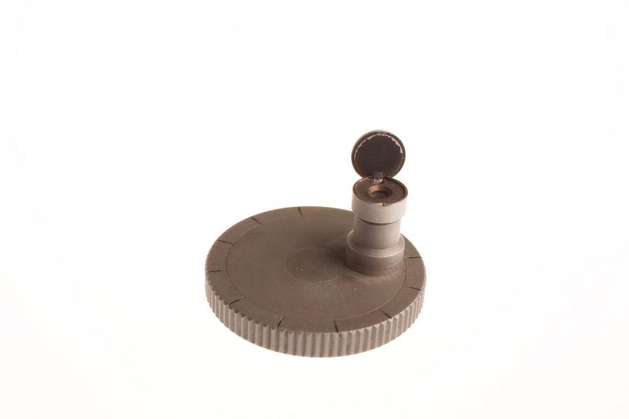 Микроточечная камера. Использовалась для копирования секретных документов во времена холодной войны. Камера могла уменьшить страницу, перенеся ее на специальную пленку. Их прятали в монеты, кольца и другие предметы.