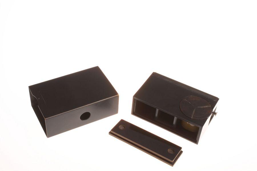 Микрокамера. Разработана компанией Kodak.Размером со спичечный коробок, маскировалась добавлением этикеток со спичек разных стран.