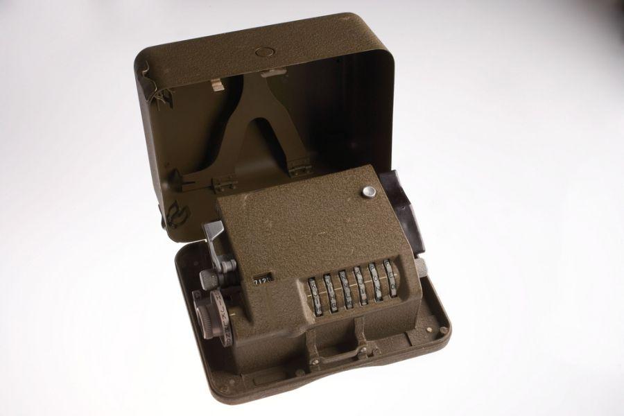 M-209 Cipher Box - шифровальный аппарат времен Второй Мировой. Использовался для кодировани и декодирования шифрованных посланий.