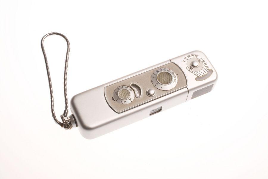 Камера Minox. Разработана в 1937 году, легко помещалась в ладони и делала очень качественные фотографии. Одна из самых популярных шпионских камер в мире.