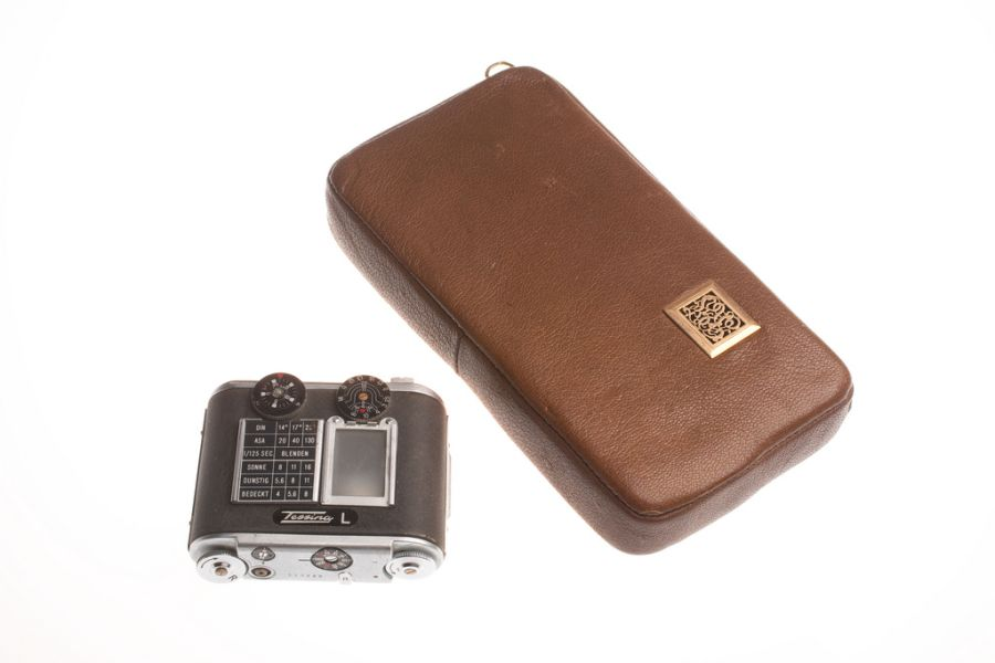 Камера, замаскированная под табачный кисет. Придумана в Швейцарии.
