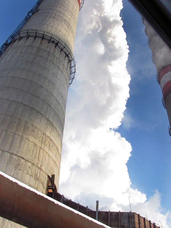 Высота труб,изображенных на фотографии, составляет приблизительно 185 метров.На территории ТЭЦ таких две..