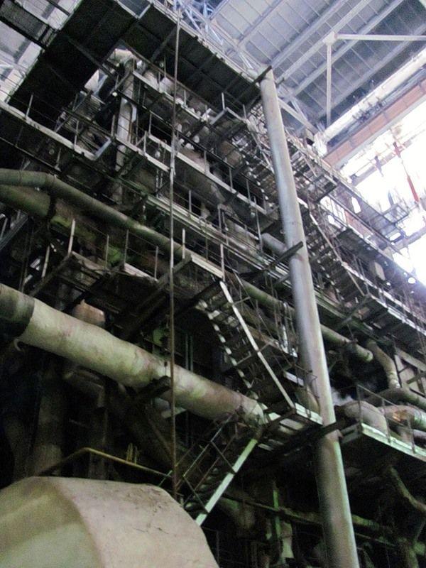 На ТЭЦ существует два вида топлива: основное-газ и резервное-мазут. С помощью сопел регулируется их подача.Во время нашего визита подогрев велся с помощью мазута(энергетики попросили временно приостановить работу газом из-за его нехватки. Многие промышленные предприятия начинают активное сжигание газа во время холодов,а так как больше всего резервного топлива у ТЭЦ,они просят переключиться на него именно им)