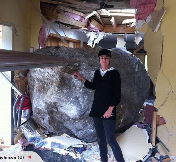 Огромный булыжник разрушил дом (4 фото)