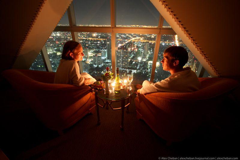 Но вот именно то, почему был выбран этот отель - это 100% ночного города под ногами...  И панорамное стекло от пола до потолка :)