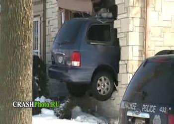 Женщина протаранила дом