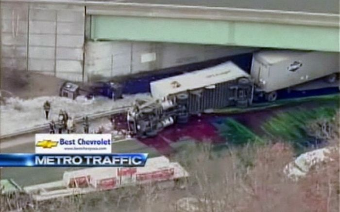 Красочная авария в штатах (3 фото+видео)