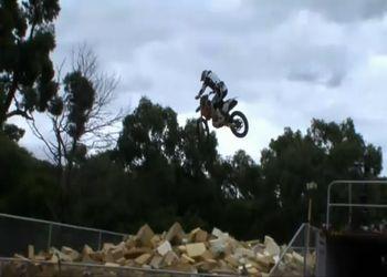 Как тренируют прыжки на мотоциклах