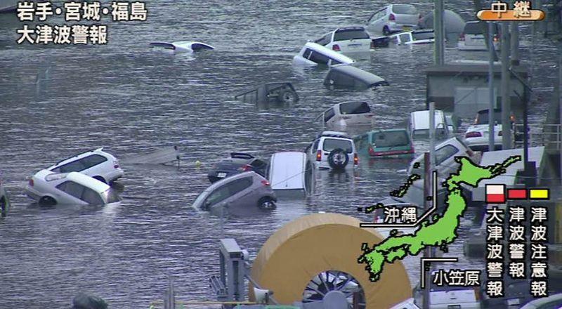 Кадр из видео японского телеканала NHK, на котором видны затопленные улицы префектуры Мияги после цунами. В результате цунами корабли вынесло на берег, а автомобили поплыли по затопленным улицам. (NHK via AFP - Getty Images)