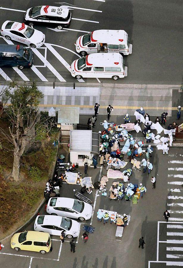 Оказание помощи раненым в центре Токио после землетрясения. (Kyodo / Reuters)