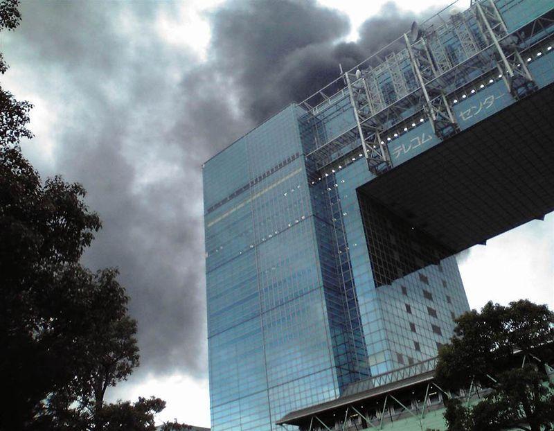 Горящее здание в районе Токио Одаиба после землетрясения. (Kyodo / Reuters)