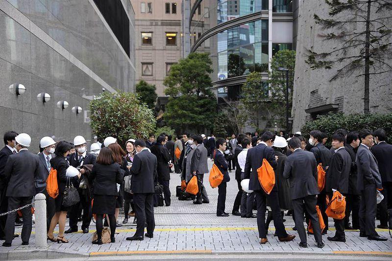 Офисные работники после землетрясения в Токио. (Franck Robichon / EPA)