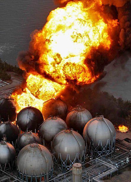 Огромный столб пламени над горящим нефтеперерабатывающим заводом в городе Ичихара в префектуре Чиба. (Kyodo News/AP)