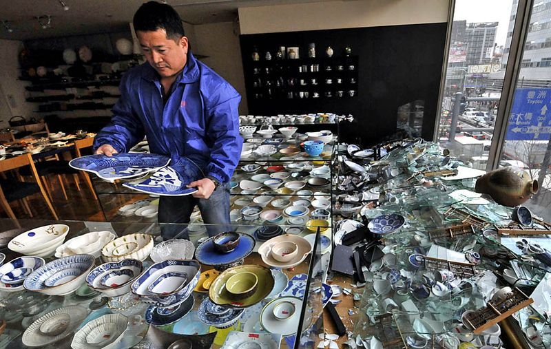 Владелец токийского магазина посуды убирает разбитый товар. Эпицентр землетрясения находился в 373 километрах северо-восточнее Токио. (YOSHIKAZU TSUNO / AFP/Getty Images)