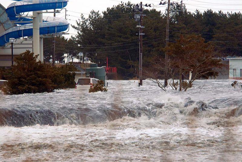 Затопленый после прохождения цунами город Иваки в префектуре Фукушима. (Anonymous / Associated Press)